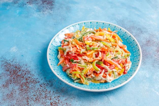 Köstlicher gesunder paprikasalat mit huhn, draufsicht