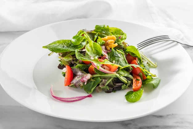Köstlicher gesunder salat auf einem weißen teller