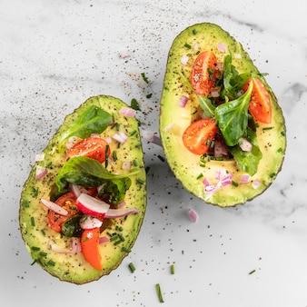 Köstlicher gesunder salat im avocado-sortiment