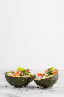Köstlicher gesunder salat in avocado-zusammensetzung