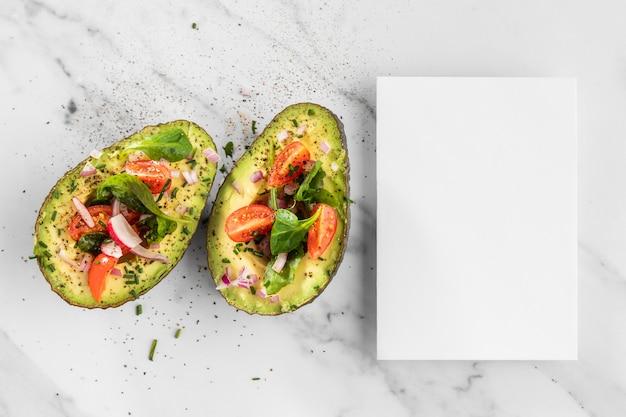 Köstlicher gesunder salat in der avocado