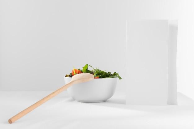 Köstlicher gesunder salat in der schüsselzusammensetzung