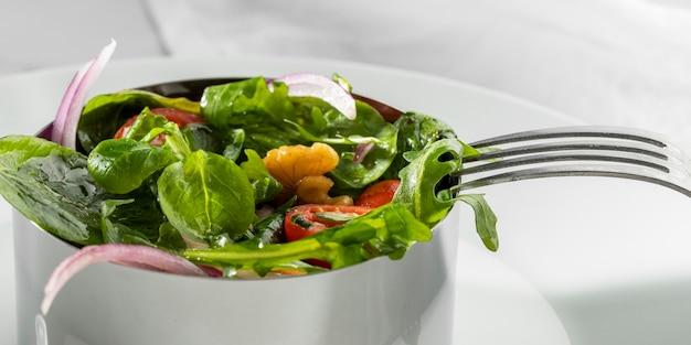 Köstlicher gesunder salat in einer schüssel