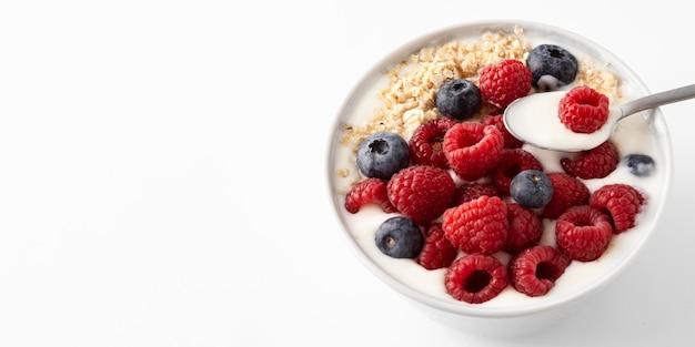 Köstlicher gesunder snack mit waldfrüchten