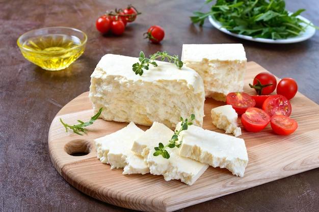 Köstlicher gesunder ziegenfeta-käse