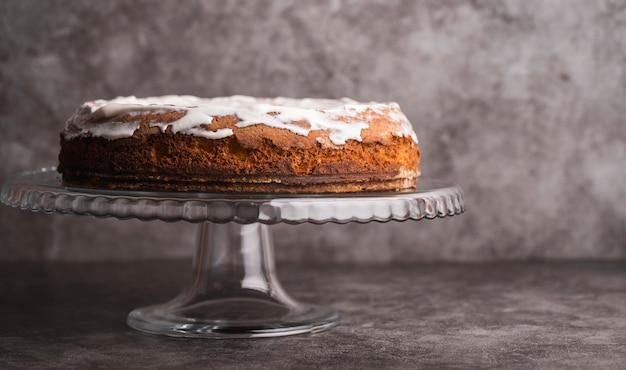 Köstlicher glasig-glänzender kuchen der vorderansicht auf dem tisch