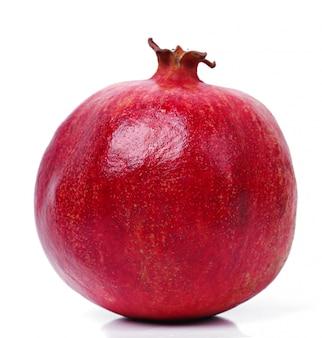 Köstlicher granatapfel auf weiß