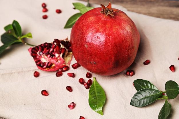 Köstlicher granatapfel und blätter