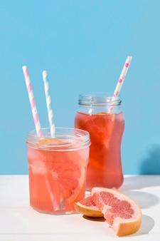 Köstlicher grapefruitsaft zum servieren