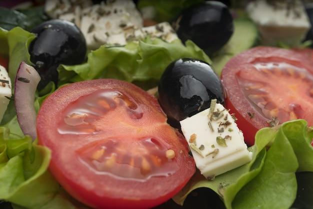 Köstlicher griechischer salat auf einem plattenmakrorahmen