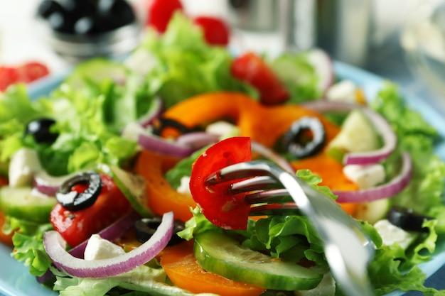 Köstlicher griechischer salat und gabel