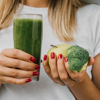 Köstlicher grüner smoothie mit apfel und brokkoli