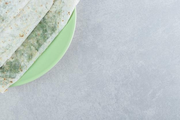 Köstlicher gutab im teller, auf marmorhintergrund.