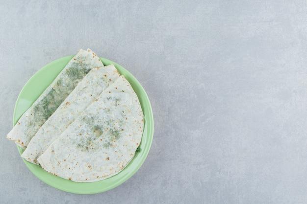 Köstlicher gutab in der platte , auf dem marmor.