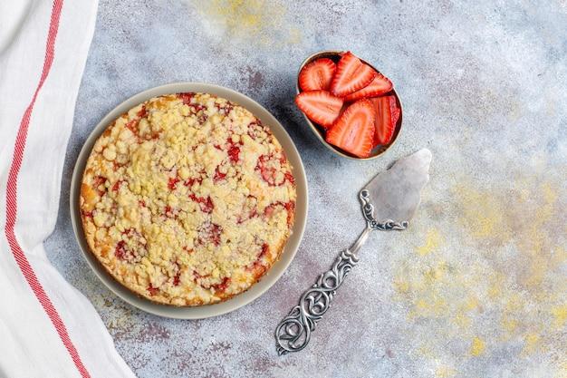 Köstlicher hausgemachter erdbeer-streuselkuchen mit frischen erdbeerscheiben, draufsicht