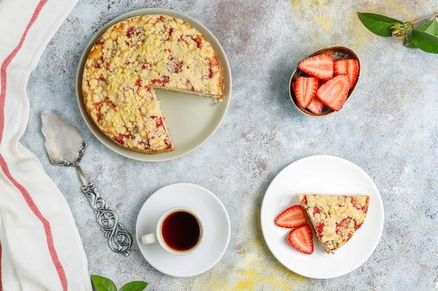 Köstlicher hausgemachter erdbeer-streuselkuchen mit frischen erdbeerscheiben