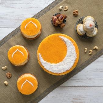 Köstlicher hausgemachter goldener kuchen mit halbmond, serviert mit schwarzem kaffee und datteln. ramadan-tisch, kopierraum