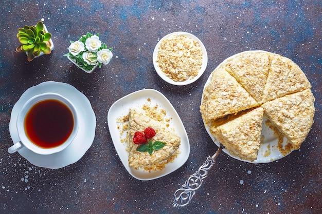 Köstlicher hausgemachter napoleon-kuchen, draufsicht