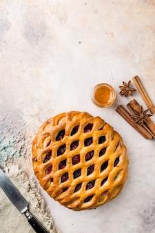 Köstlicher hausgemachter offener beerenkuchen crostata auf einem tisch