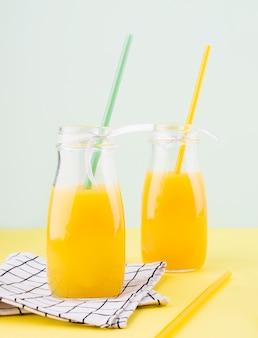 Köstlicher hausgemachter orangensaft auf dem tisch