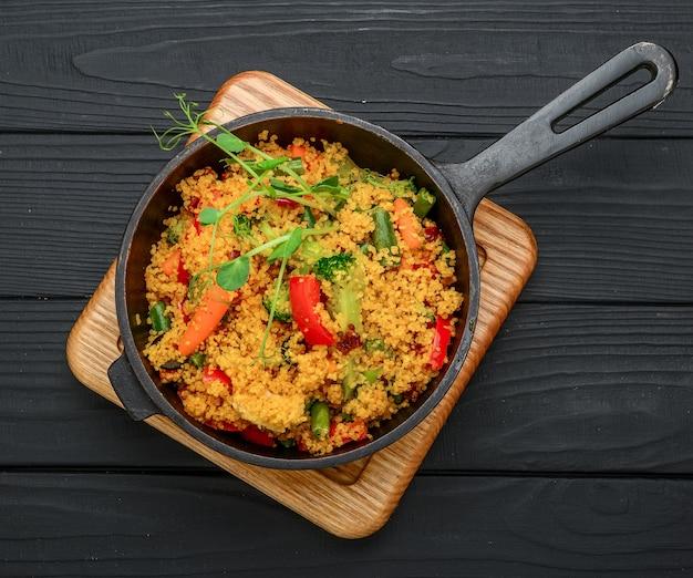 Köstlicher hausgemachter vegetarischer bulgur, couscous, mit gemüse