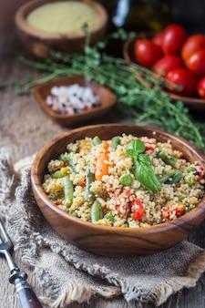 Köstlicher hausgemachter vegetarischer cous cous mit tomaten, karotten, grünen bohnen, paprika und frischem basilikum