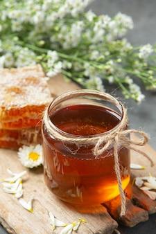 Köstlicher honig auf dunkler oberfläche