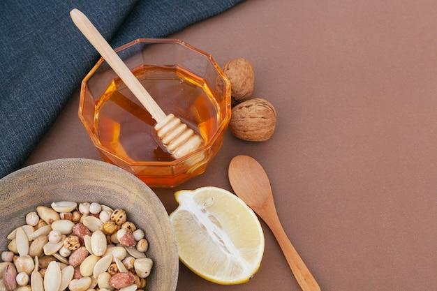 Köstlicher honig der nahaufnahme mit zitrone