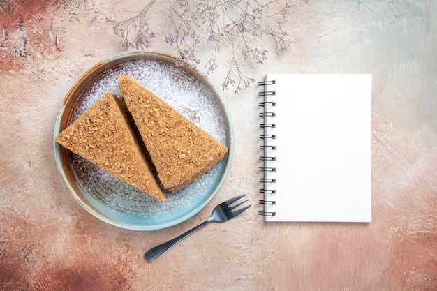 Köstlicher honigkuchen innerhalb tablett auf grau