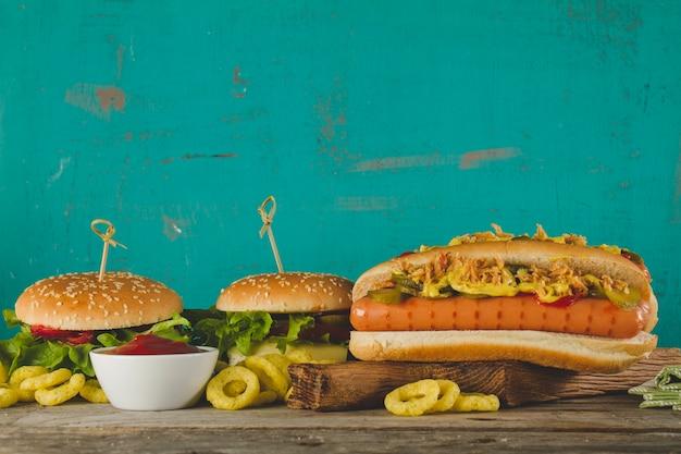 Köstlicher hot dog mit zwei burger