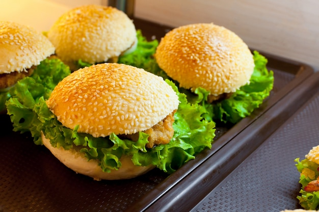 Köstlicher hühnchen-hamburger und salat im supermarkt