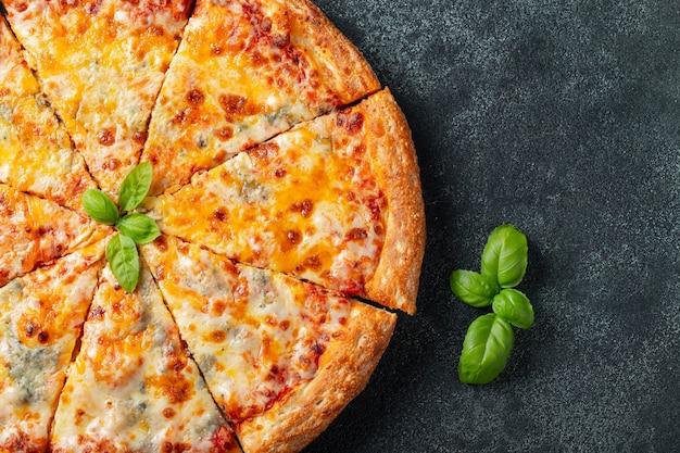 Köstlicher italienischer käse der pizza vier.