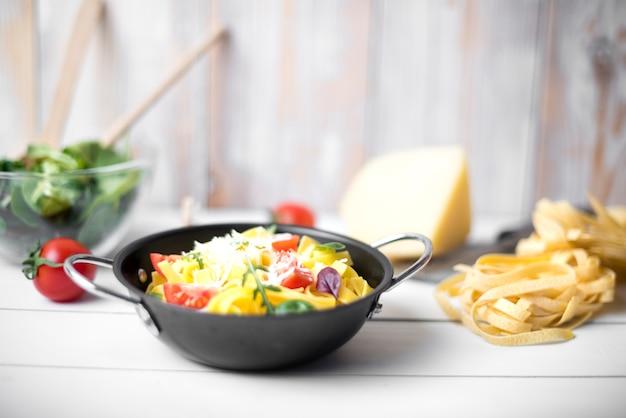 Köstlicher italienischer selbst gemachter spaghetti auf hölzernem schreibtisch