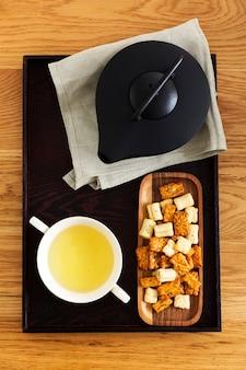 Köstlicher japanischer reiscracker für die teezeit