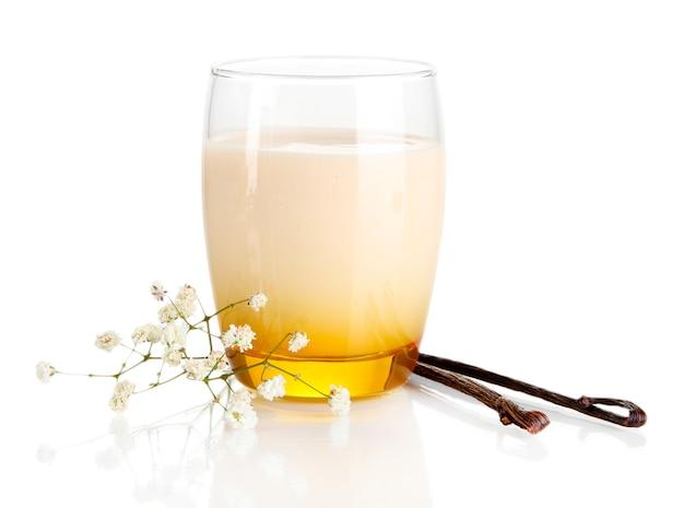 Köstlicher joghurt im glas mit vanille auf weiß