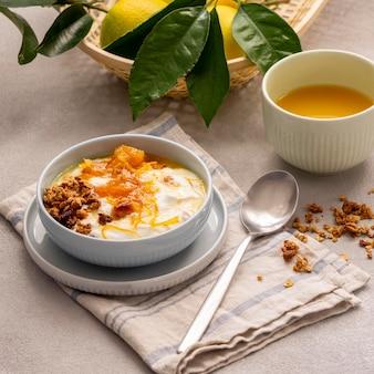 Köstlicher joghurt mit zitronenschale und honig