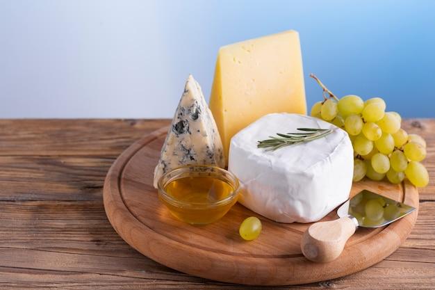 Köstlicher käse und trauben der nahaufnahme