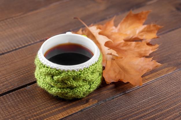 Köstlicher kaffee. das konzept von herbst, stillleben, entspannung, studium