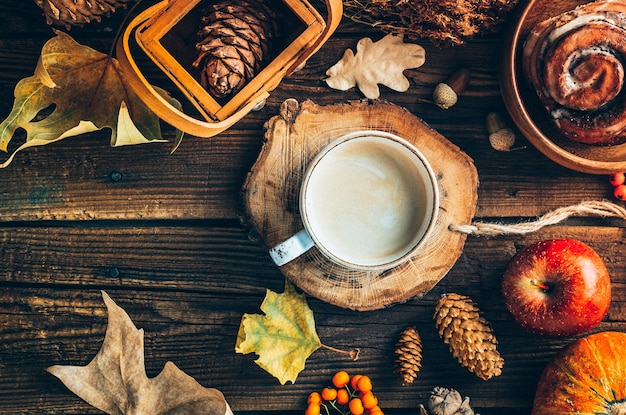 Köstlicher kaffee mit schokoladenbrötchen auf hölzernem hintergrund