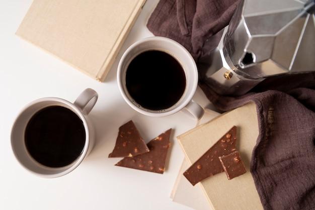 Köstlicher kaffee und schokoladenstücke