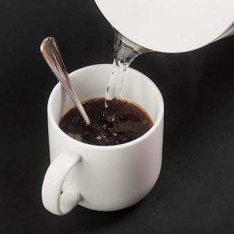 Köstlicher kaffee und wasser im wasserkocher