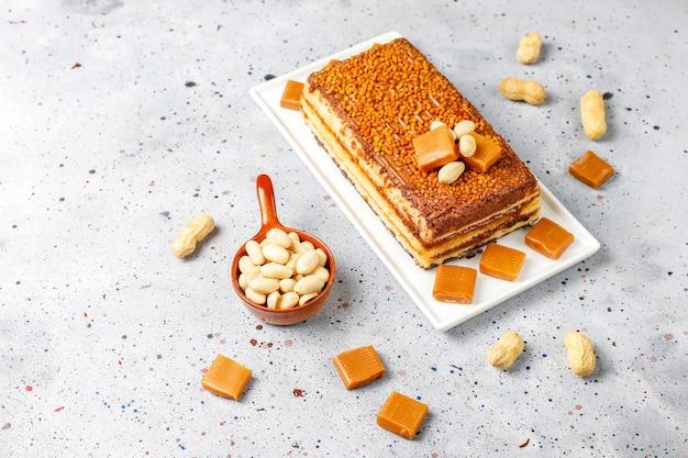 Köstlicher karamell-erdnuss-kuchen mit erdnüssen und karamell-bonbons, draufsicht