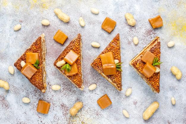 Köstlicher karamell-erdnuss-kuchen mit erdnüssen und karamell-bonbons