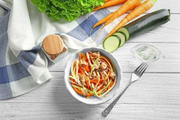 Köstlicher karottensalat in schüssel auf küchentisch