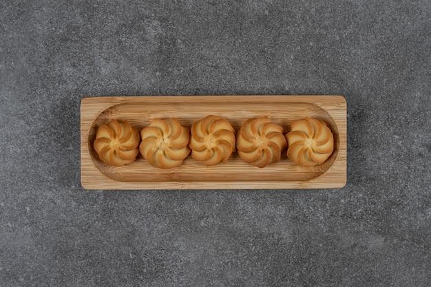 Köstlicher keks auf dem tablett auf der marmoroberfläche