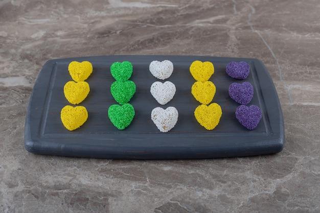Köstlicher keks auf dem tablett, auf der marmoroberfläche