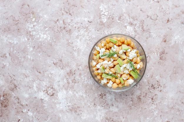 Köstlicher kichererbsensalat mit avocado und feta-käse, draufsicht