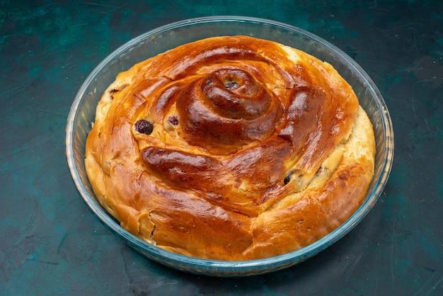 Köstlicher kirschkuchen in der glaspfanne auf dunkelblauem kuchen, kirschkuchen backen süß