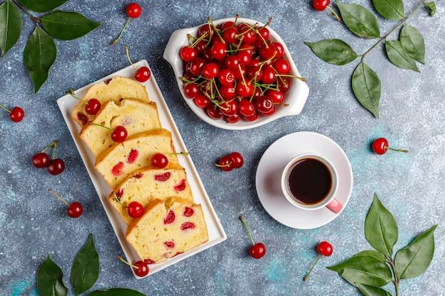 Köstlicher kirschkuchen mit frischen kirschen, draufsicht