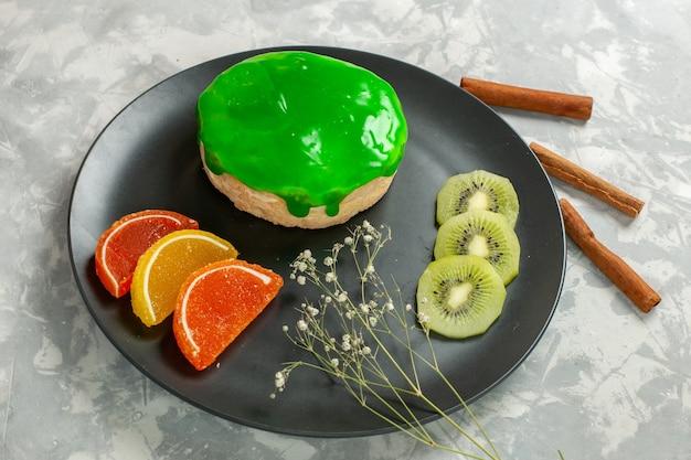 Köstlicher kleiner kuchen der halben draufsicht mit zimt auf weißer oberfläche kuchen bisciut süßer zuckerkuchen